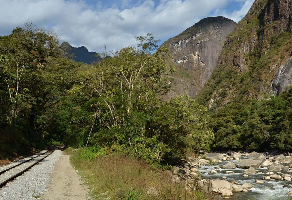 Estrada de ferro e Rio Urubamba, próximo à hidrelétrica