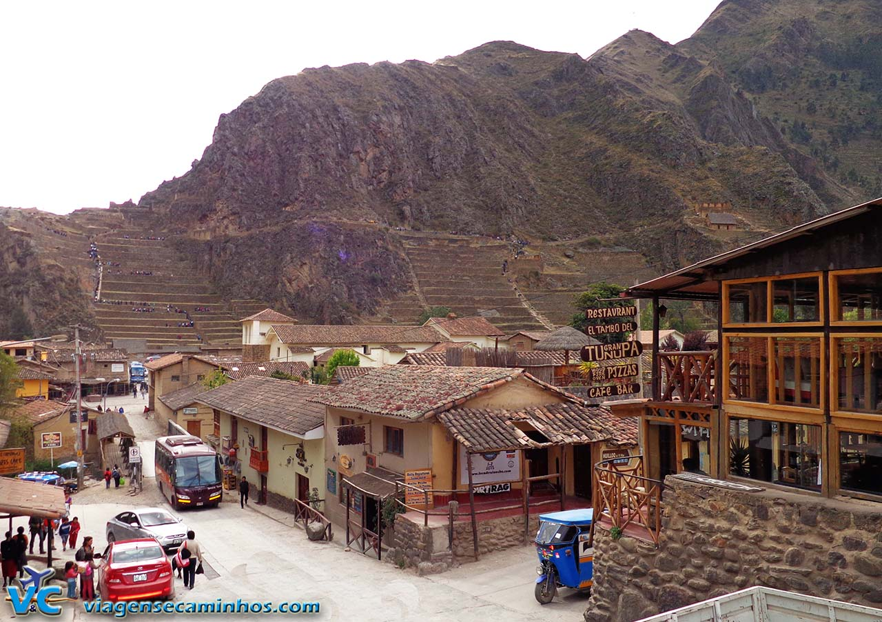Cidade de Ollamtaytambo e ruínas ao fundo
