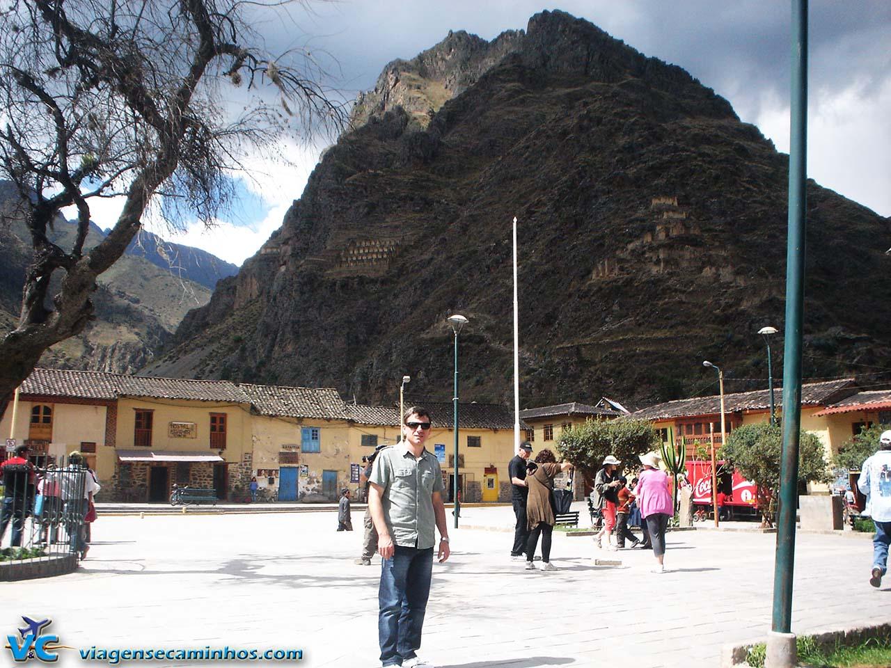 Praça de Ollamtaytambo e Pinkullyuna ao fundo