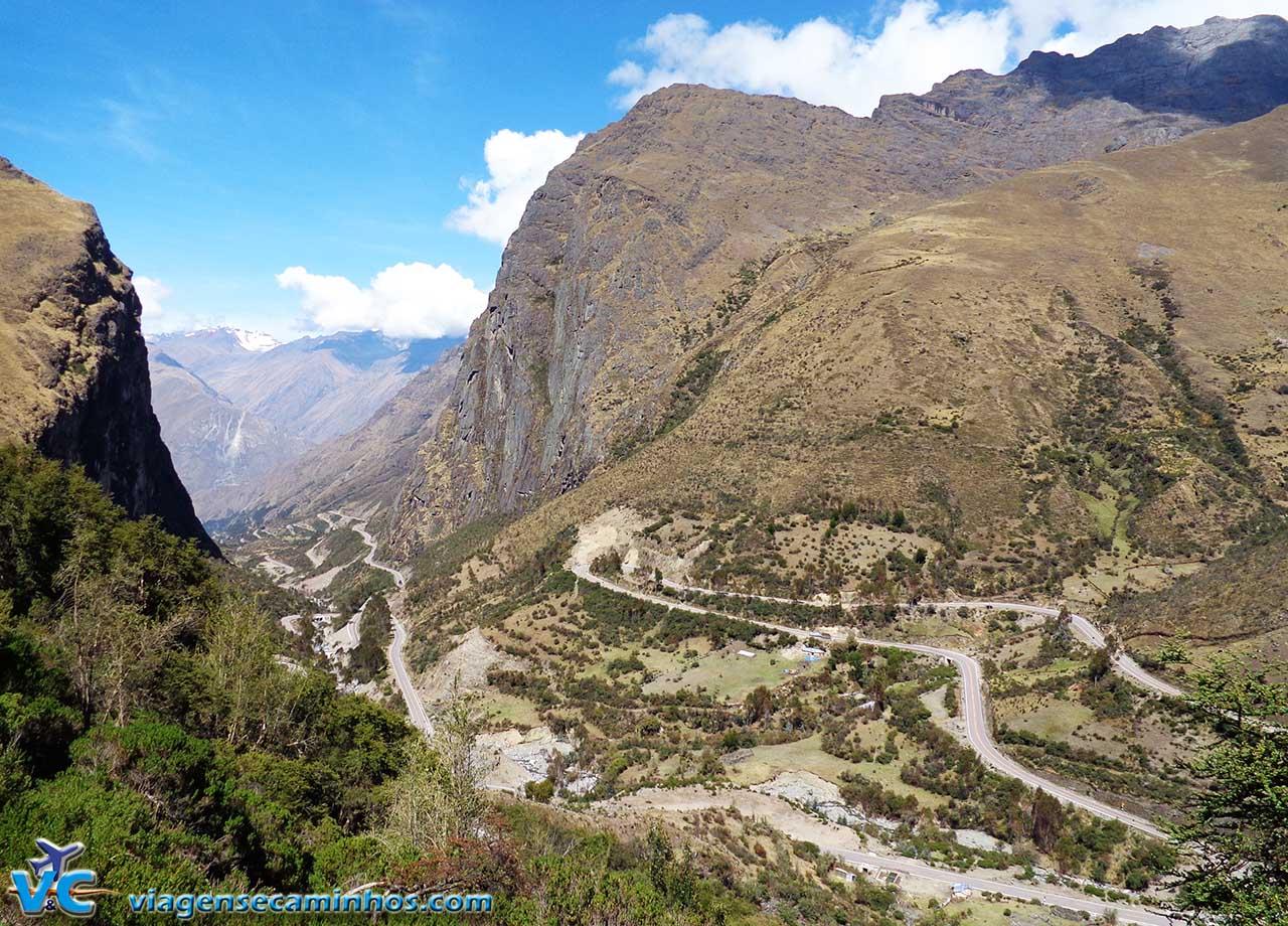 Estrada de Abra Malaga entre penhascos e curvas sem fim