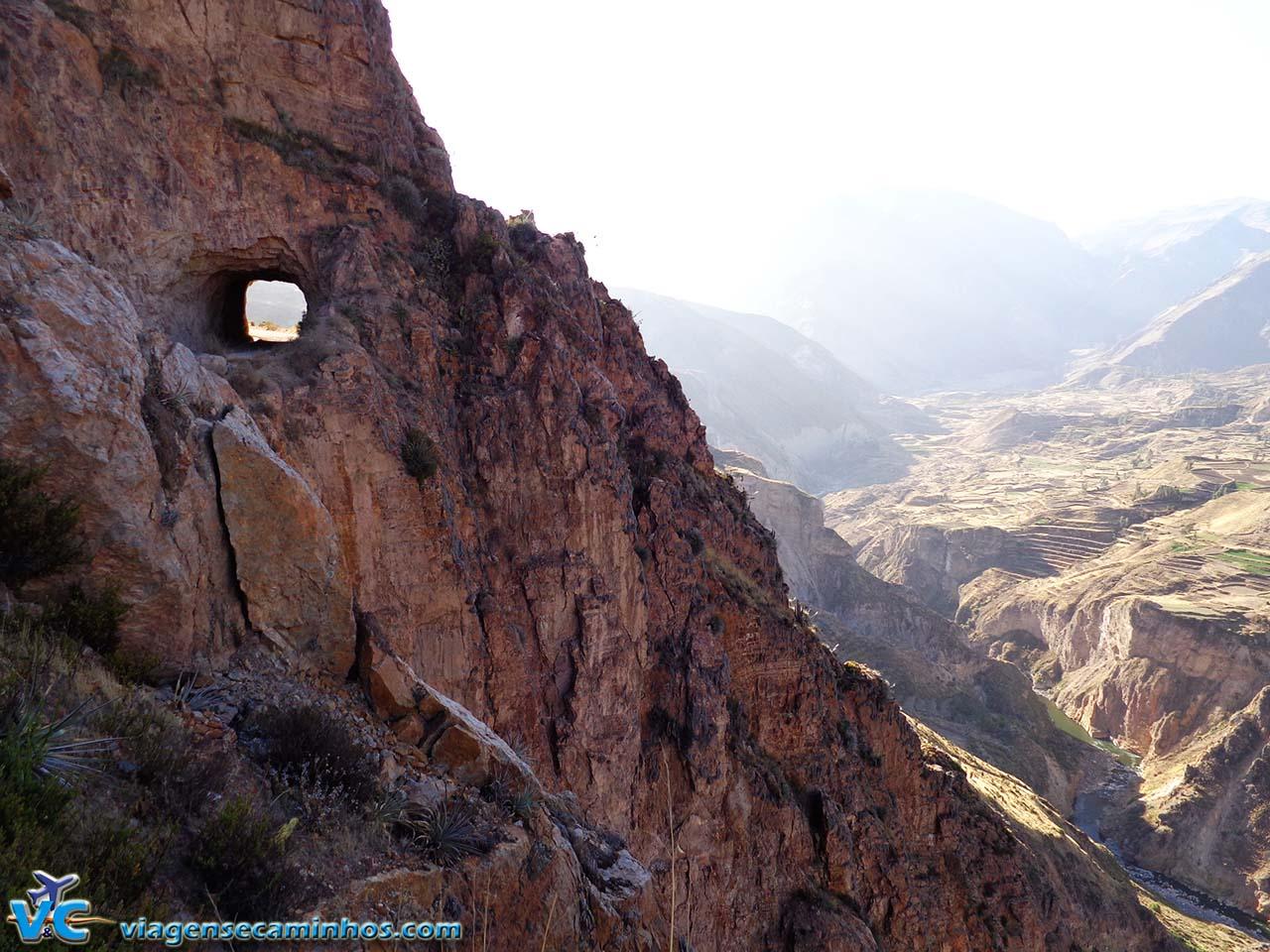 Túnel de pedra na estrada do Cânion Colca