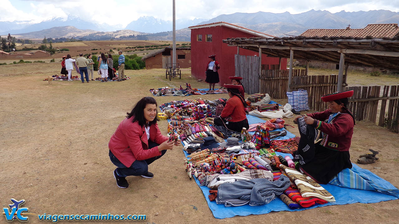 Mulheres peruanas vendendo artesanato na rodovia próximo a Chinchero
