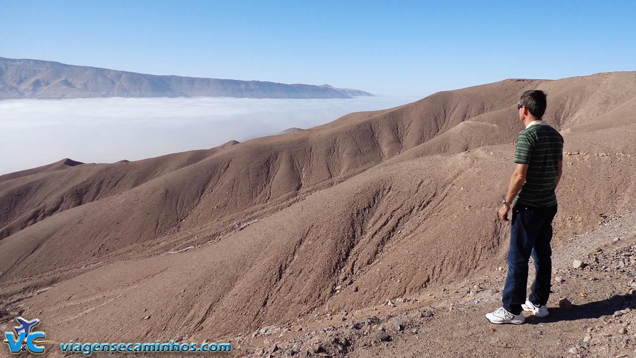 Neblina que sobe do Pacífico e invade o deserto Peruano