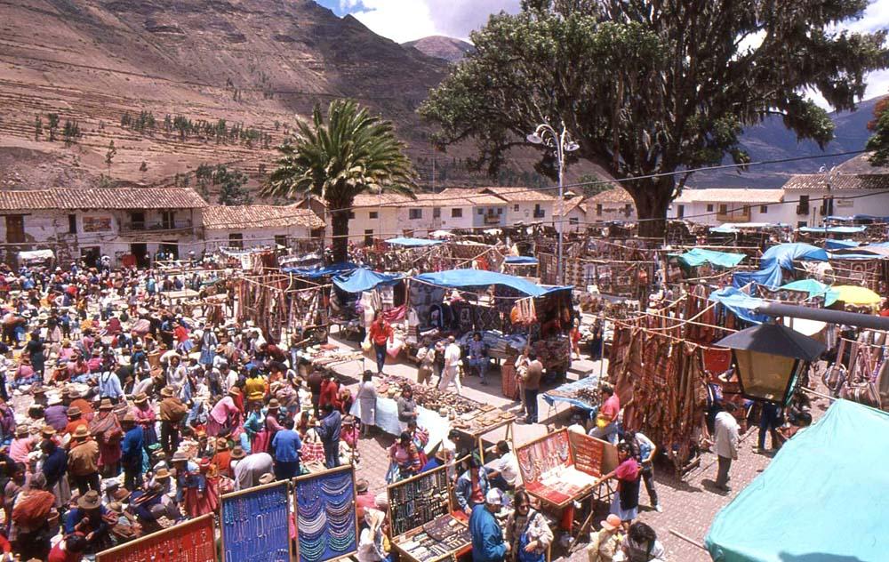 Feira na praça de Pisac - Peru