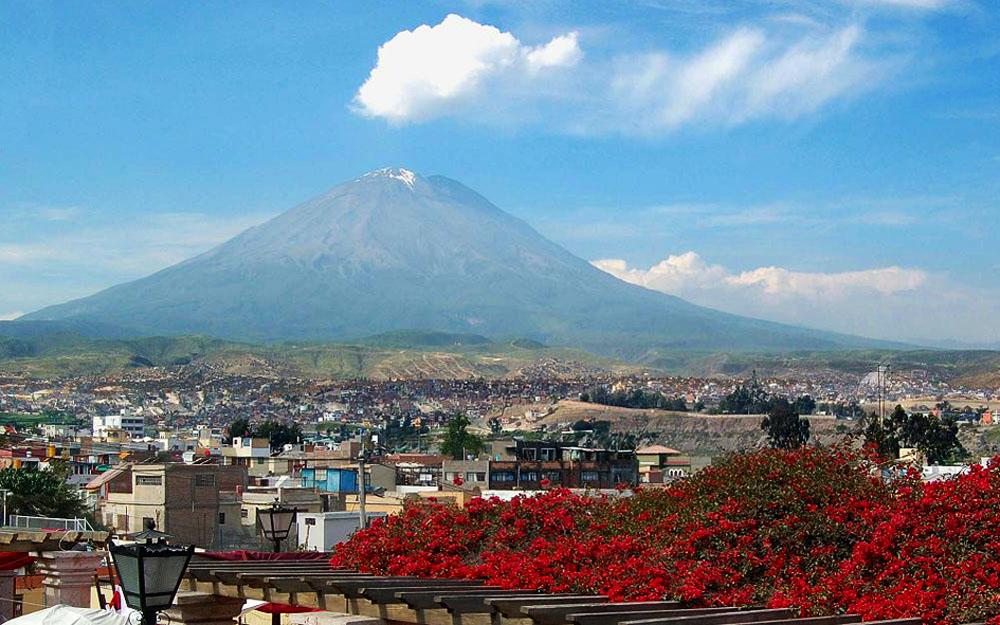 Cidade de Arequipa e Vulcão Misti ao fundo