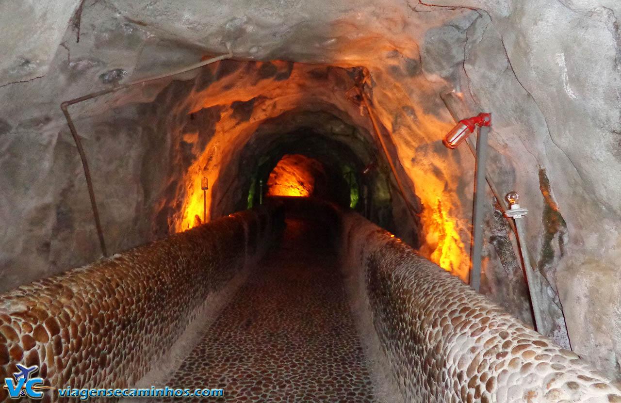 Túnel que leva ao mirante das turbinas da usina de Paulo Afonso