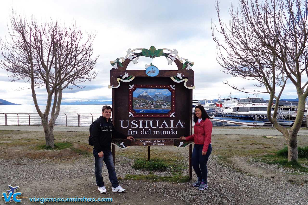 Ushuaia e a tradicional placa da cidade do fim do mundo