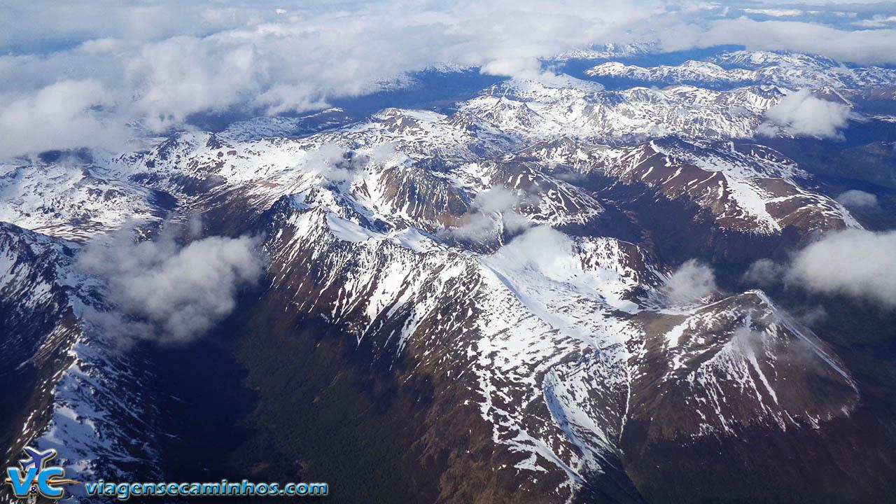 Montanhas nevadas próximas a Ushuaia, vista do avião