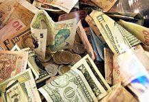 Viagem ao exterior, usar cartão ou trocar dinheiro