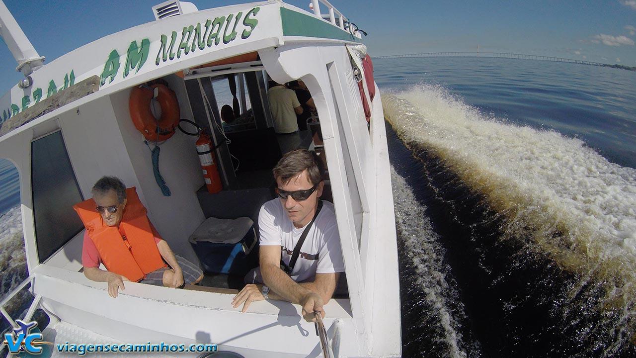 Excursão de barco pelo Rio Negro