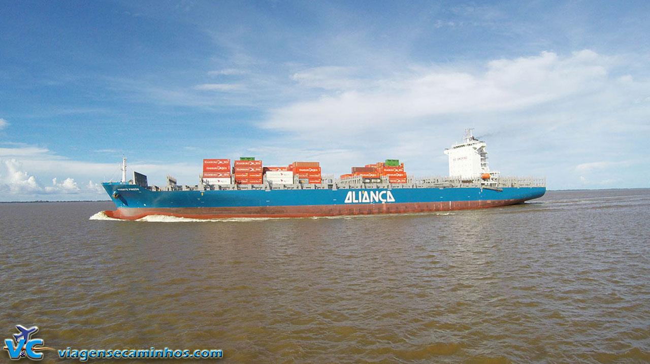 Navio cargueiro no rio Amazonas