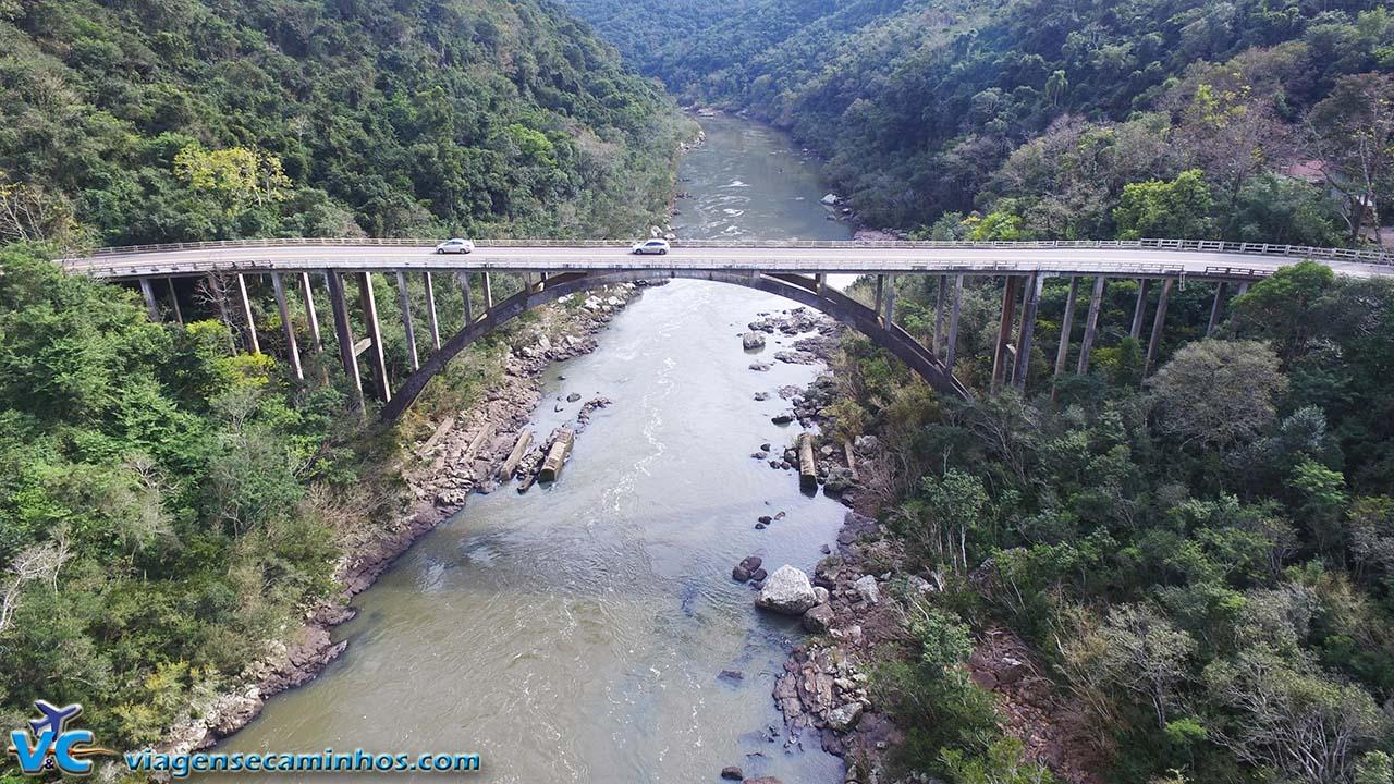 Ponte do Rio das Antas - BR-116 (imagem aérea drone Viagens e Caminhos)