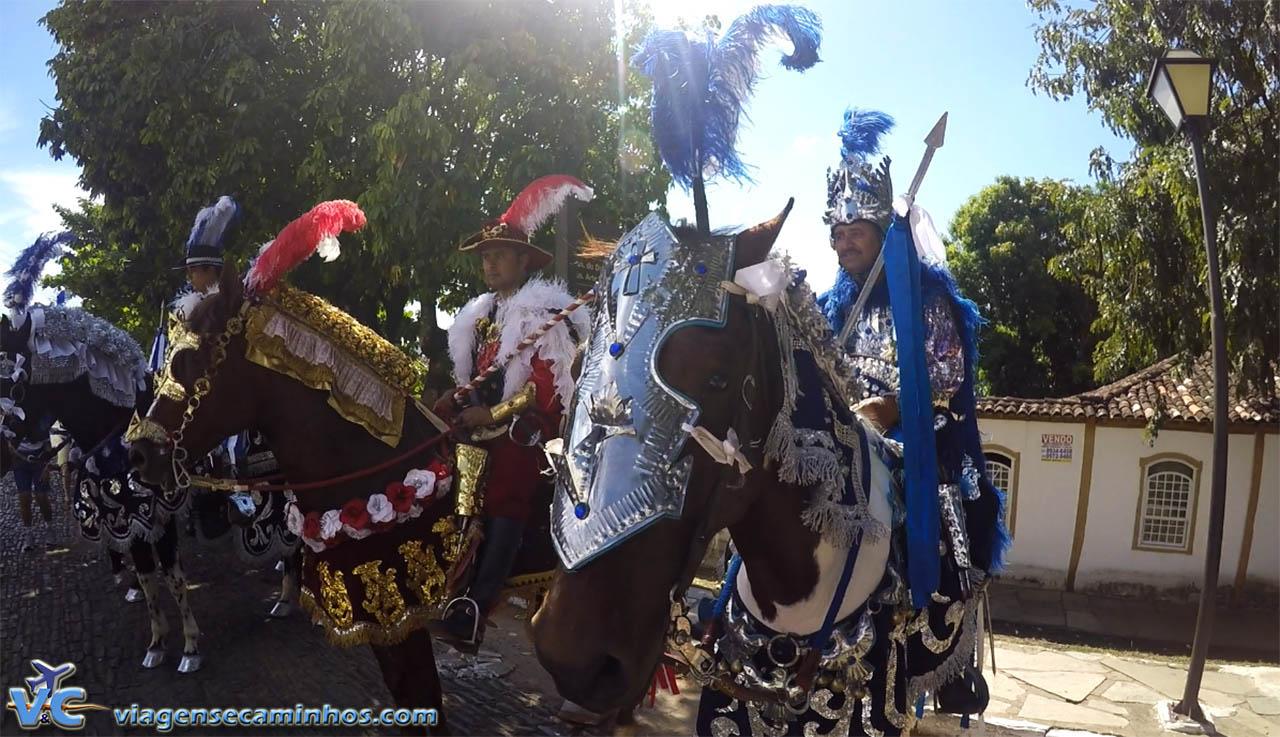 Cavaleiros se preparando para cavalhada de Pirenópolis