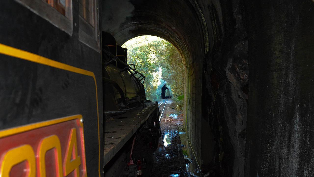 Maria fumaça passando túnel
