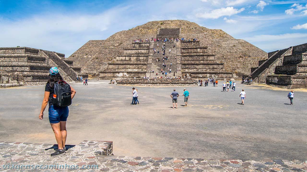 Praça em frente à Pirâmide da Lua