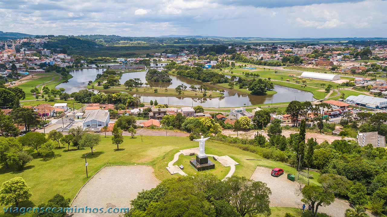 Vista aérea do Morro do Cristo e Parque Lacustre de Castro